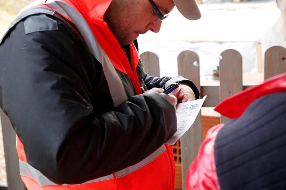 En cas d'avarie à la marchandise, le chauffeur et le client doivent noter des réserves détaillée et motivée sur le bon de livraison.