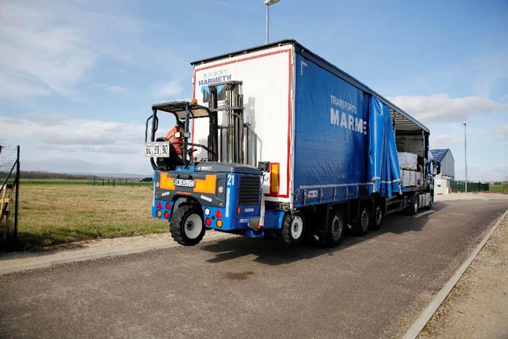 Le camion est équipé d'un chariot élévateur tout terrain pour faire le déchargement des palettes.