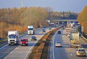 En France, le réseau routier représente plus d'un million de kilomètres et assure plus de 80 % des mobilités, que cela soit pour les voyageurs ou pour le transport routier des marchandises.