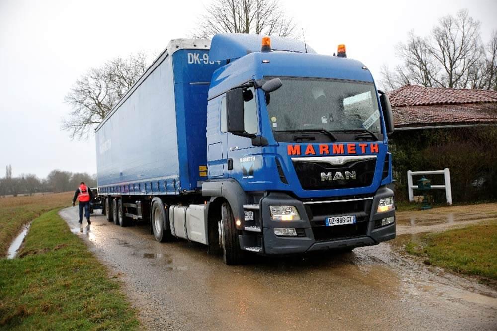 Le jour de la livraison, le conducteur appelle le client pour s'annoncer et lui demander des conseils d'accès. Le camion de livraison est un 40 tonnes.