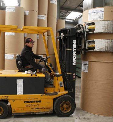 Pour le transport de vos bobines de papiers, Transport Marmeth est équipé de chariots à pince de 3500 KG de capacité