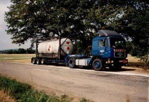 MAN 19372 semi remorque porte conteneur Broshuis transportant un conteneur de gaz.